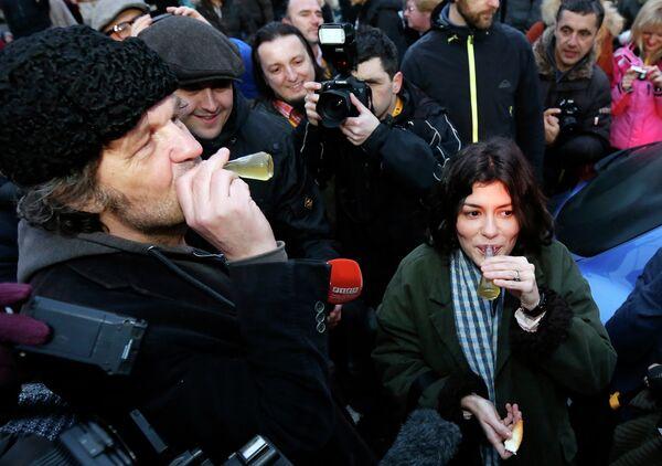 Югославский и сербский кинорежиссёр Эмир Кустурица и французская киноактриса Одри Тоту пьют бренди по прибытию на кинофестиваль Kustendorf. Сербия, 2013 год