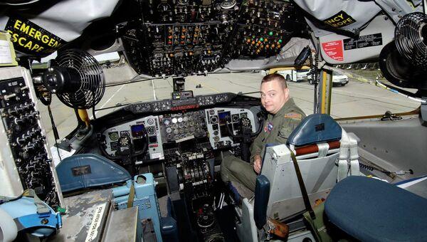 Пилот в кабине американского наблюдательного самолета Boeing B-707 ОС-135Б. Архивное фото