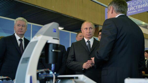 Президент России Владимир Путин (в центре) во время посещения выставке Сделано в России перед началом пленарного заседания второго Форума действий Общероссийского народного фронта в Москве