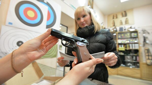 В оружейном магазине, архивное фото