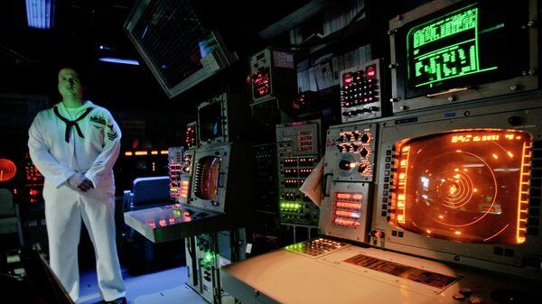Офицер ВМС США в рубке управления корабля системы Aegis (Иджис) во время учений в Румынии