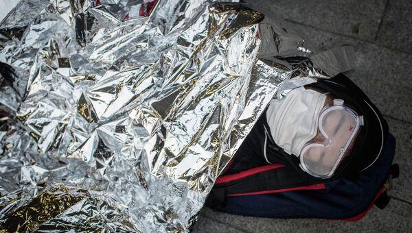 Протестующие спят в палатке возле здания Законодательного совета Гонконга после столкновений с полицией