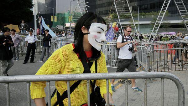 Протестующий убирает баррикады в Гонконге. Архивное фото