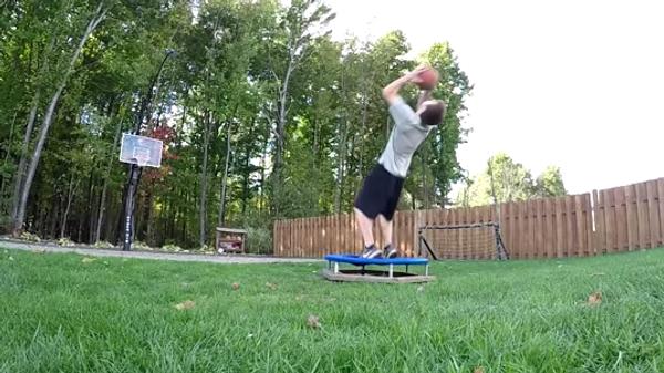 Чудо-баскетболист выполняет броски ювелирной точности