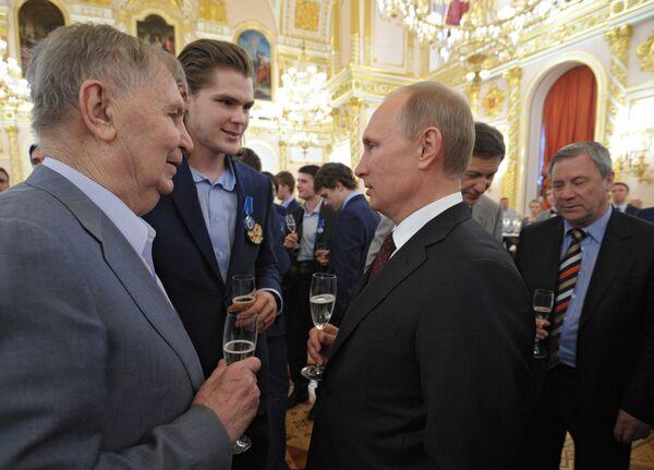 Президент России Владимир Путин, заслуженный тренер СССР Виктор Тихонов и его внук хоккеист Виктор Тихонов