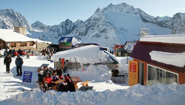 Отдыхающие на горнолыжном курорте Домбай. Архивное фото