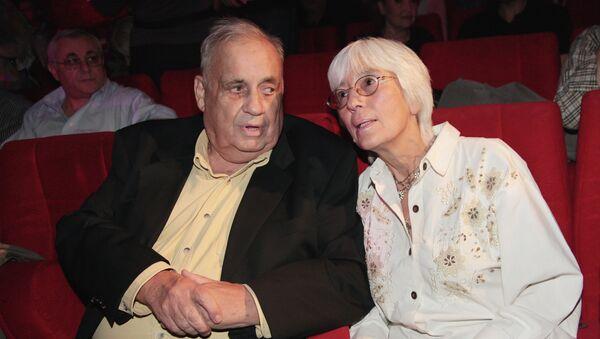 Кинорежиссер Эльдар Рязанов с супругой Эммой Абайдуллиной. Архивное фото