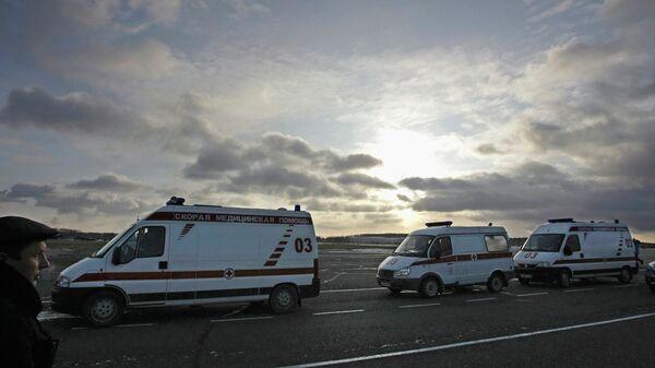 Автомобили скорой помощи доставляют пострадавших при пожаре в клубе Хромая лошадь в аэропорт Перми