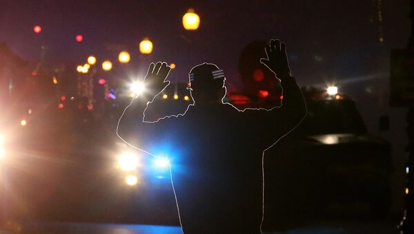 Протестующий против оправдательного приговора полицейскому Уилсону