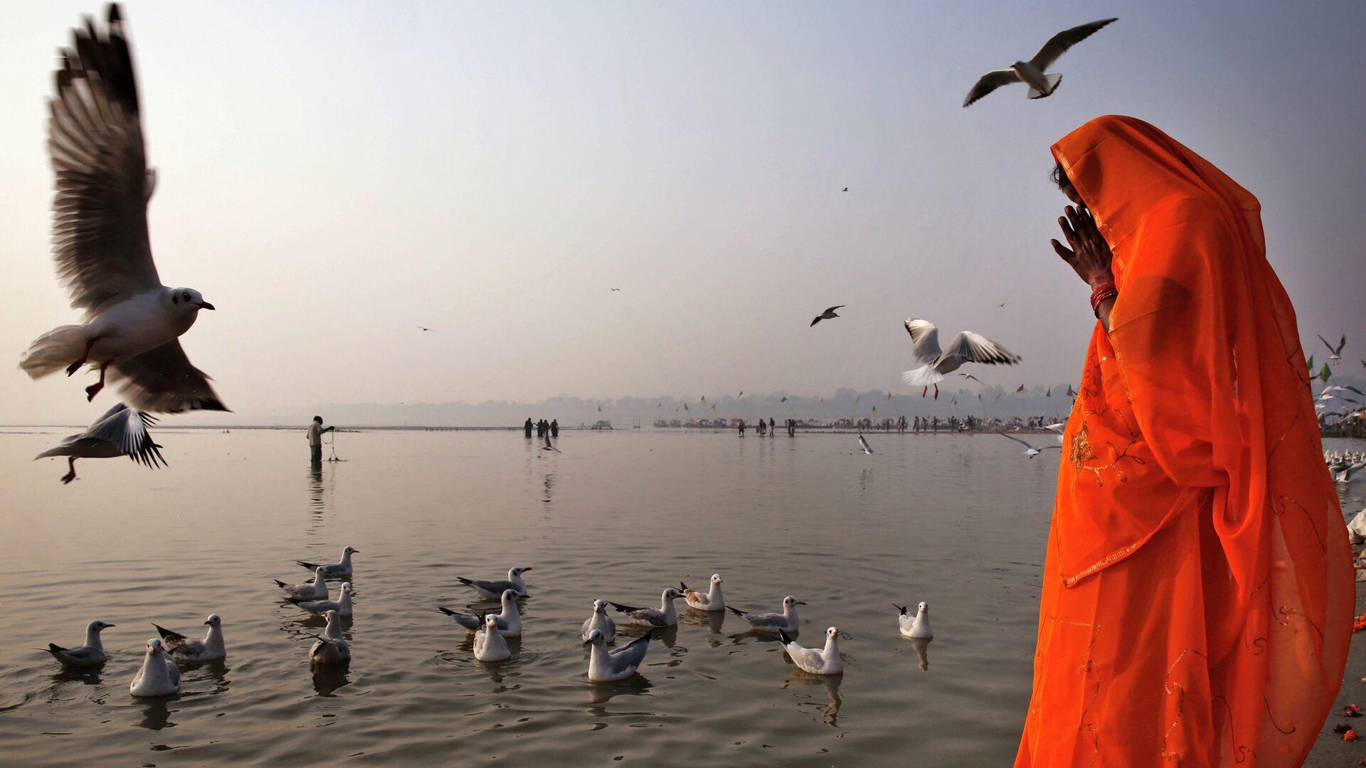 Индус молится на берегу Ганга в Аллахабаде, Индия - РИА Новости, 1920, 12.05.2021