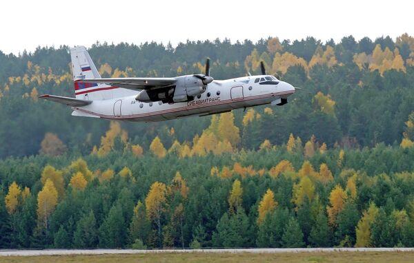Самолет Ан-24 авиакомпании Сибавиатранс в аэропорту Красноярска