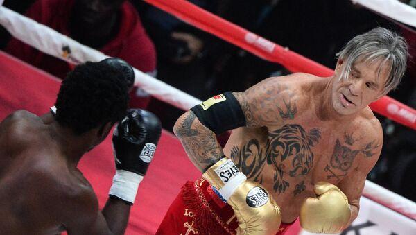 Американский актер и боксер Микки Рурк в поединке против американского боксера Эллиота Сеймура. Архивное фото