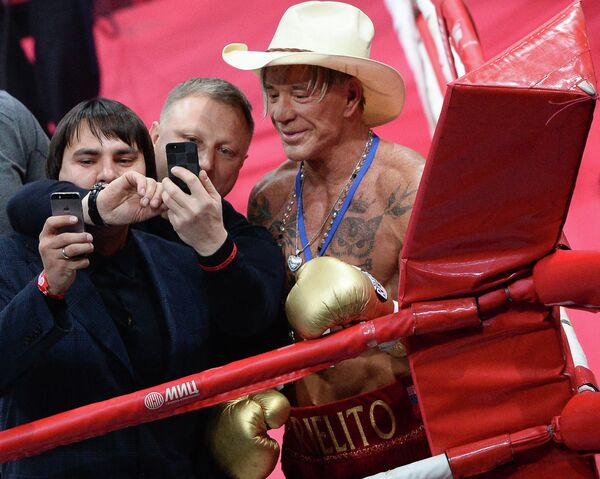 Американский актер и боксер Микки Рурк в поединке против американского боксера Эллиота Сеймура