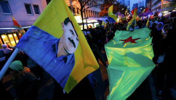 Курды с портретом лидера Курдской рабочей партии Оджалана