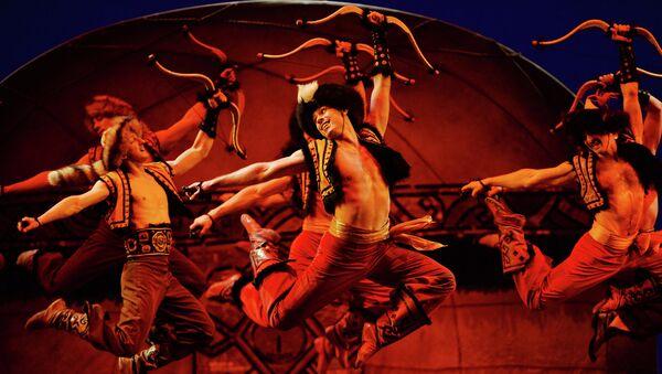 Артисты Государственного академического ансамбля народного танца имени Игоря Моисеева во время концерта в Большом театре. Архив