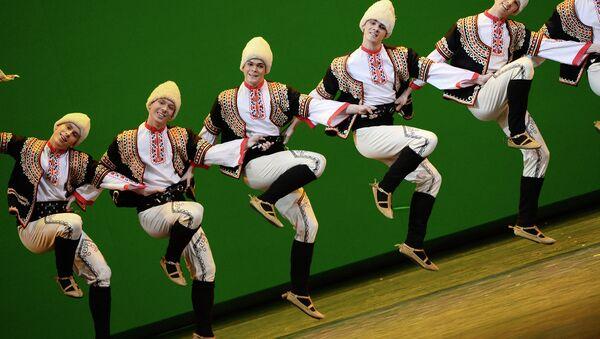 Артисты Государственного академического ансамбля народного танца имени Игоря Моисеева во время концерта в Большом театре. Архивное фото