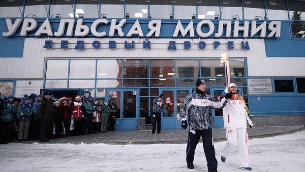 Факелоносец Данил Кучин во время эстафеты олимпийского огня в Челябинске