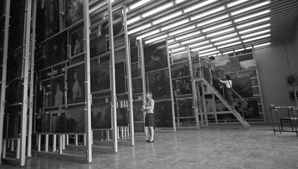 Запасник картин в Эрмитаже