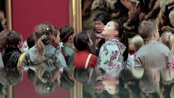 Школьники осматривают экспозицию в одном из залов Государственного Эрмитажа