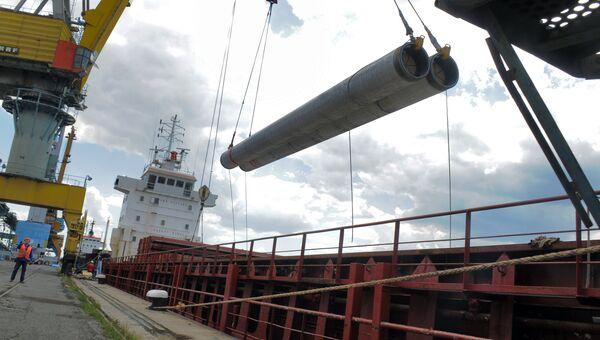Разгрузка труб для Морского газопровода Южный поток для складирования в порту Бургас. Архивное фото