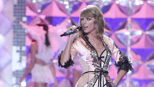 Певица Тейлор Свифт выступает на модном показе Victoria's Secret в Лондоне. Архивное фото