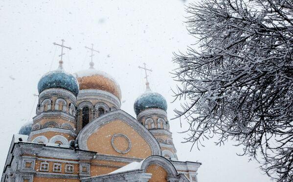 Храм Покрова Пресвятой Богородицы во время снегопада во Владивостоке