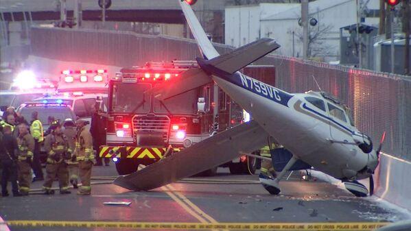 Самолет совершивший аварийную посадку на автомобильной дороге в Коннектикуте, США