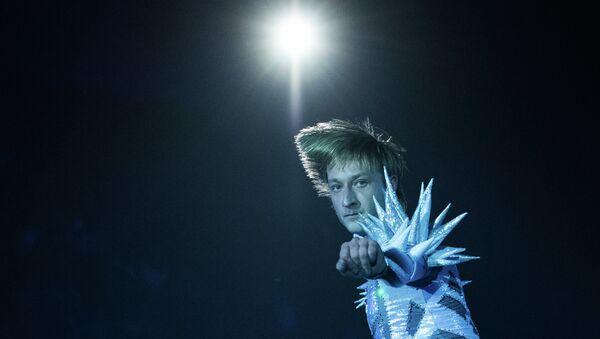 Фигурист Евгений Плющенко в роли Снежного Короля выступает на закрытом премьерном показе шоу Снежный король. Архивное фото