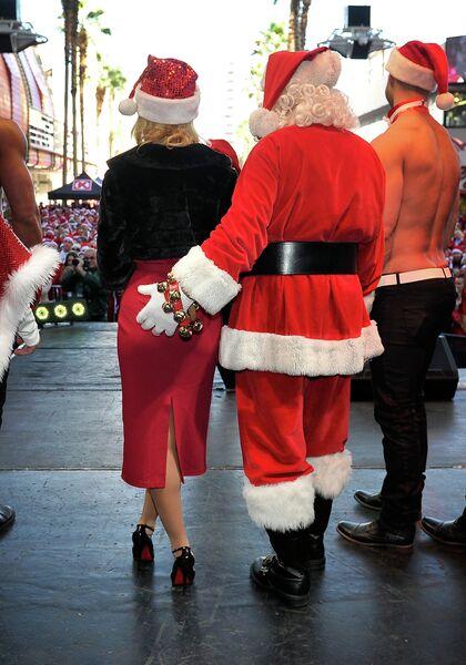 Модель и телеведущая Холли Мэдисон на забеге Санта-Клаусов в Лас-Вегасе