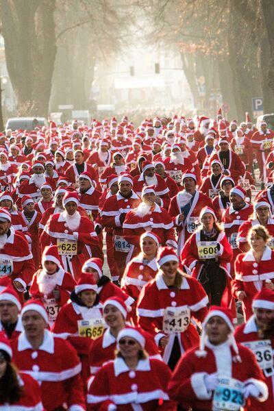 Участники забега Санта-Клаусов в Германии