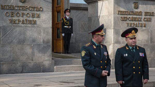 Министр обороны Украины генерал-полковник Степан Полторак у здания Министерства обороны Украины в Киеве