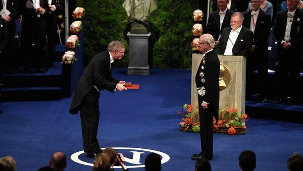 Король Швеции Карл XVI Густав вручает Нобелевскую премия в области химии Уильяму Мернеру