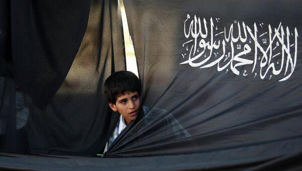Мальчик с флагом Хизб-ут тахрир. Архивное фото