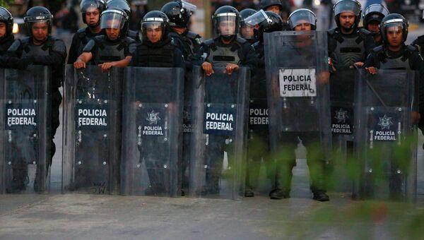 Столкновения манифестантов из профсоюза работников образования с федеральной полицией в мексиканском городе Чильпансинго 14.12.2014