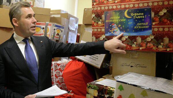 Уполномоченный при президенте РФ по правам ребенка Павел Астахов осматривает коробки с гуманитарной помощью и подарками, собранными для отправки детям Донецкой и Луганской Народных Республик