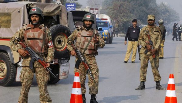 Пакистанские силы безопасности неподалеку от военного училища в Пакистане. Архивное фото