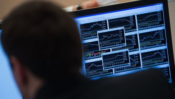 Сотрудник в офисе биржи. Архивное фото