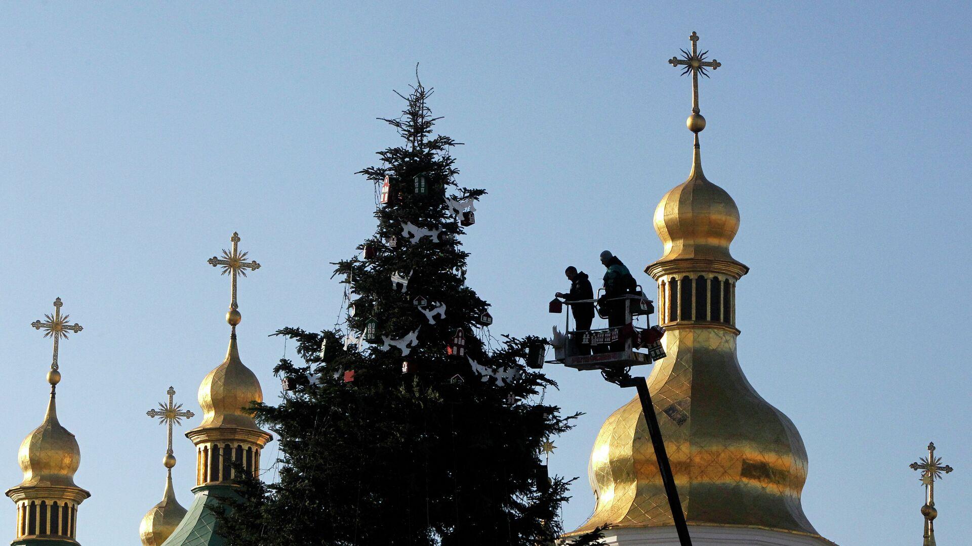 Работники украшают новогоднюю елку перед Софийским собором в центре Киева, - РИА Новости, 1920, 13.12.2020