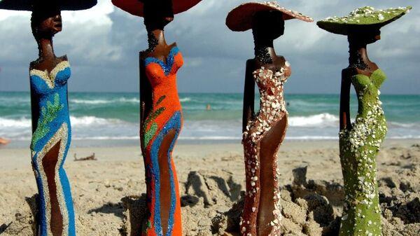 Продажа сувениров на пляже курорта Варадеро.