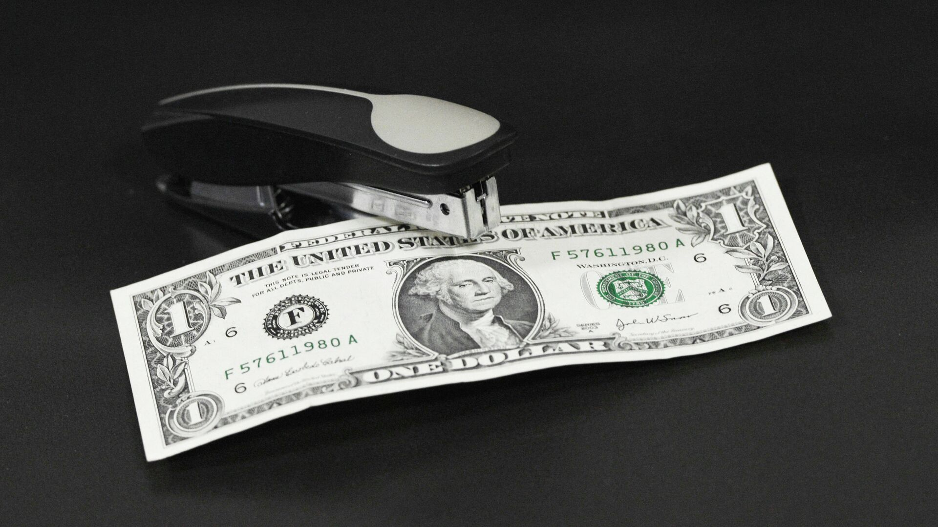 Аналитики предсказали падение курса доллара на 20%
