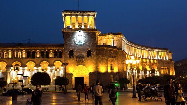 Здание правительства РА в вечернем освещении на площади Республики в Ереване. Архивное фото
