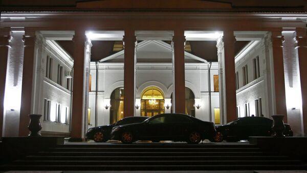 Около здания правительства во время переговоров по урегулированию украинского кризиса в Минске. Архивное фото