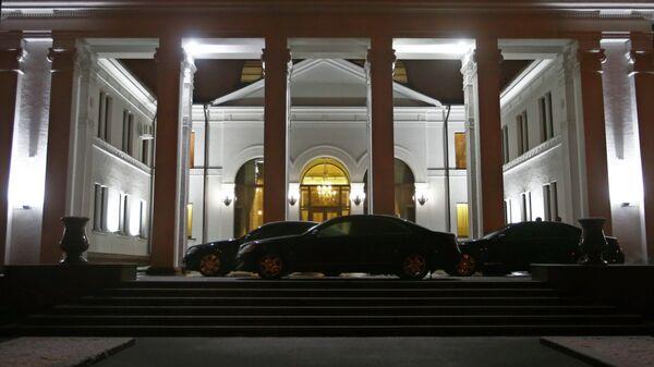 Машины припаркованные у здания правительства во время переговоров по урегулированию украинского кризиса в Минске