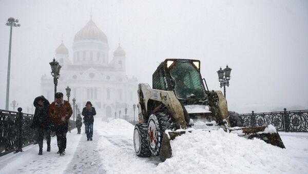 Уборка снега у Храма Христа Спасителя в Москве