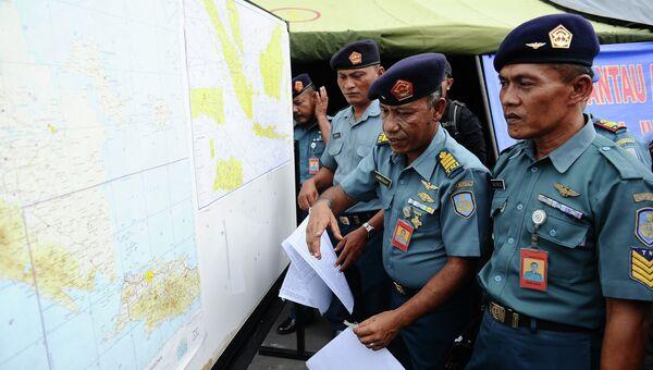 Индонезийские военнослужащие в международном аэропорту Сурабаи во время поисков пропавшего рейса QZ8501