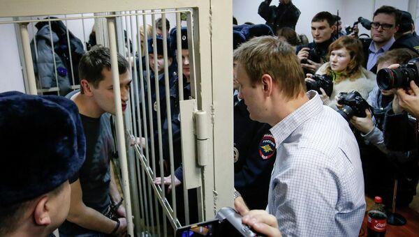 Братья Алексей и Олег Навальные, обвиняемые в хищении денег у компании Ив Роше, во время оглашения приговора в Замоскворецком суде города Москвы