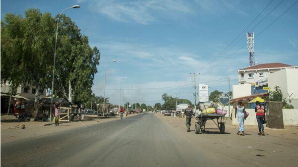 Люди проходят по улице в Банжуле, Гамбия. Архивное фото