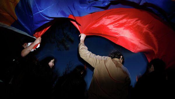 Люди с флагом Армении. Архивное фото