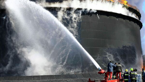 Тушение пожара в ливийском порту Эс-Сидр