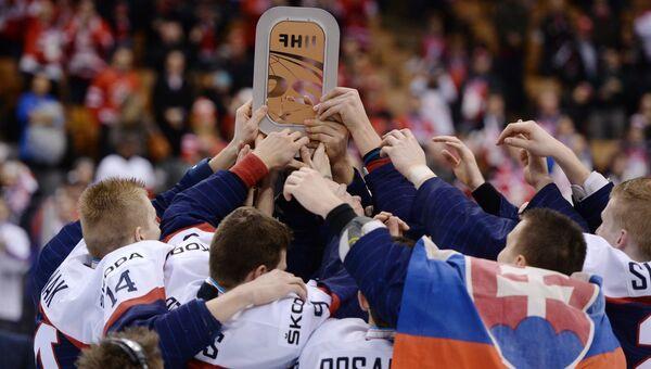 гроки сборной Словакии с призом за третье место чемпионата мира по хоккею среди молодежных команд
